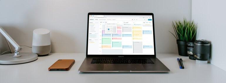 Aufgeräumter Schreibtisch mit Online Terminplaner
