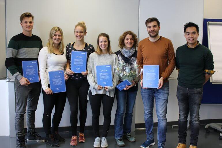 Gruppenfoto: Studenten und Professorin der FH St. Pölten mit Paul